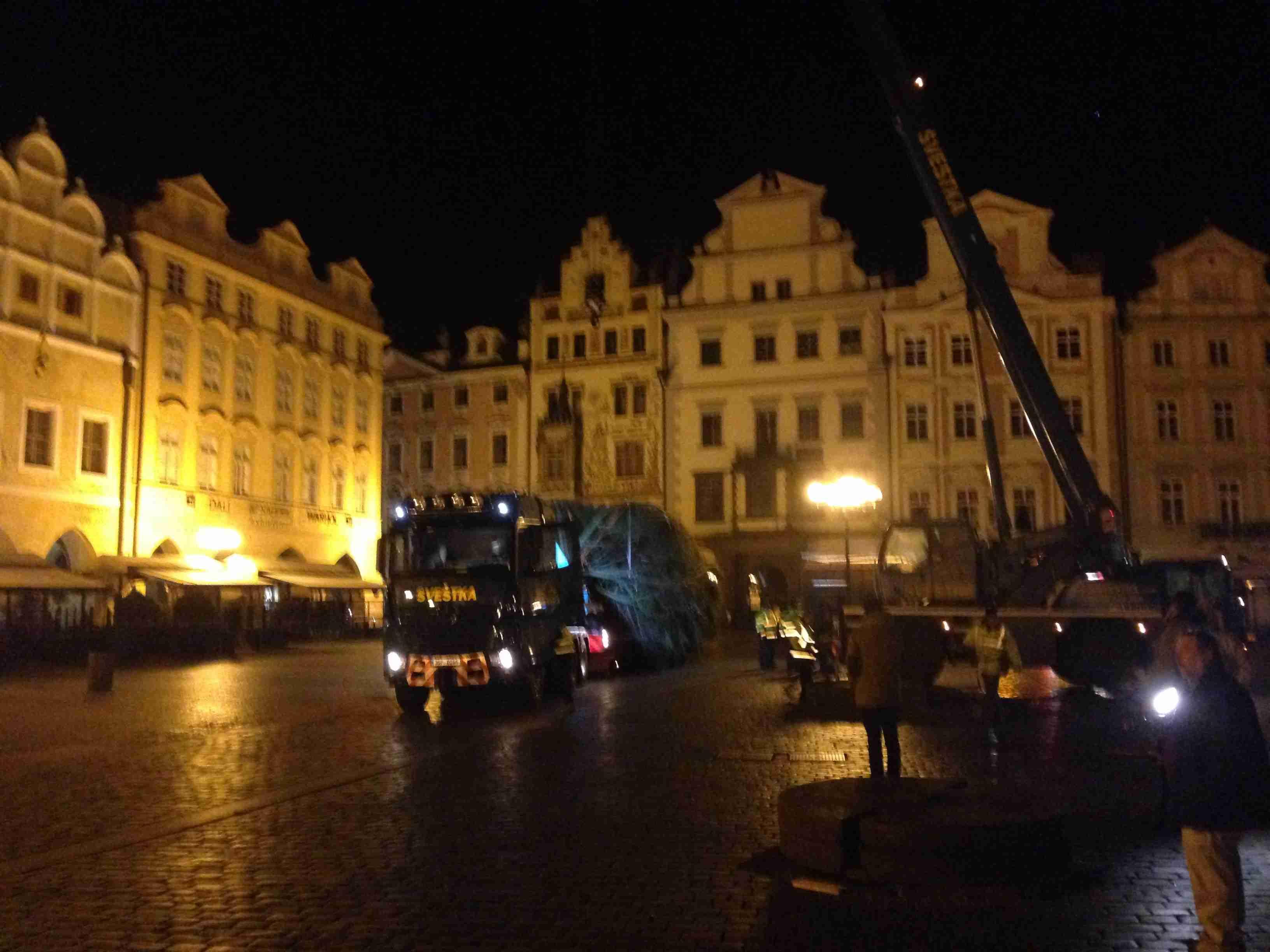 Stavba vánočního stromu na Staroměstském náměstí v Praze
