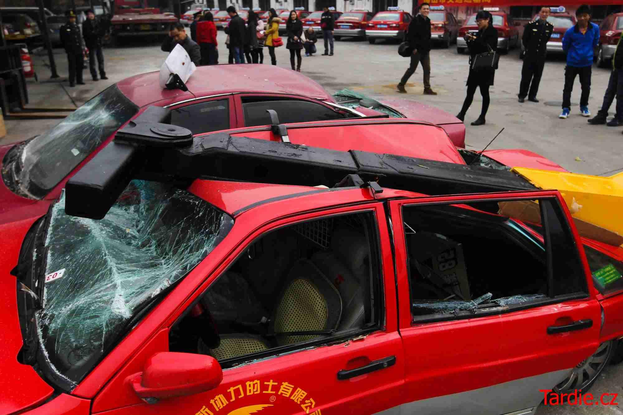 """Úřady bojují s """"černými"""" taxikáři"""
